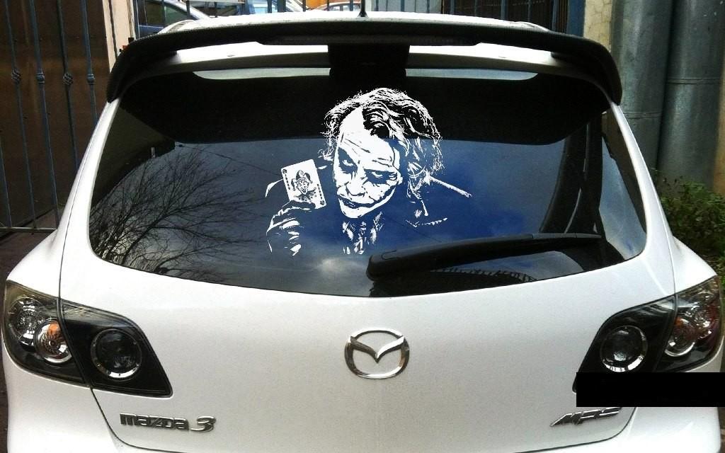 Картинка на стекле автомобиля